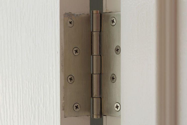 wooden-door-with-squeaky-hinge-mob